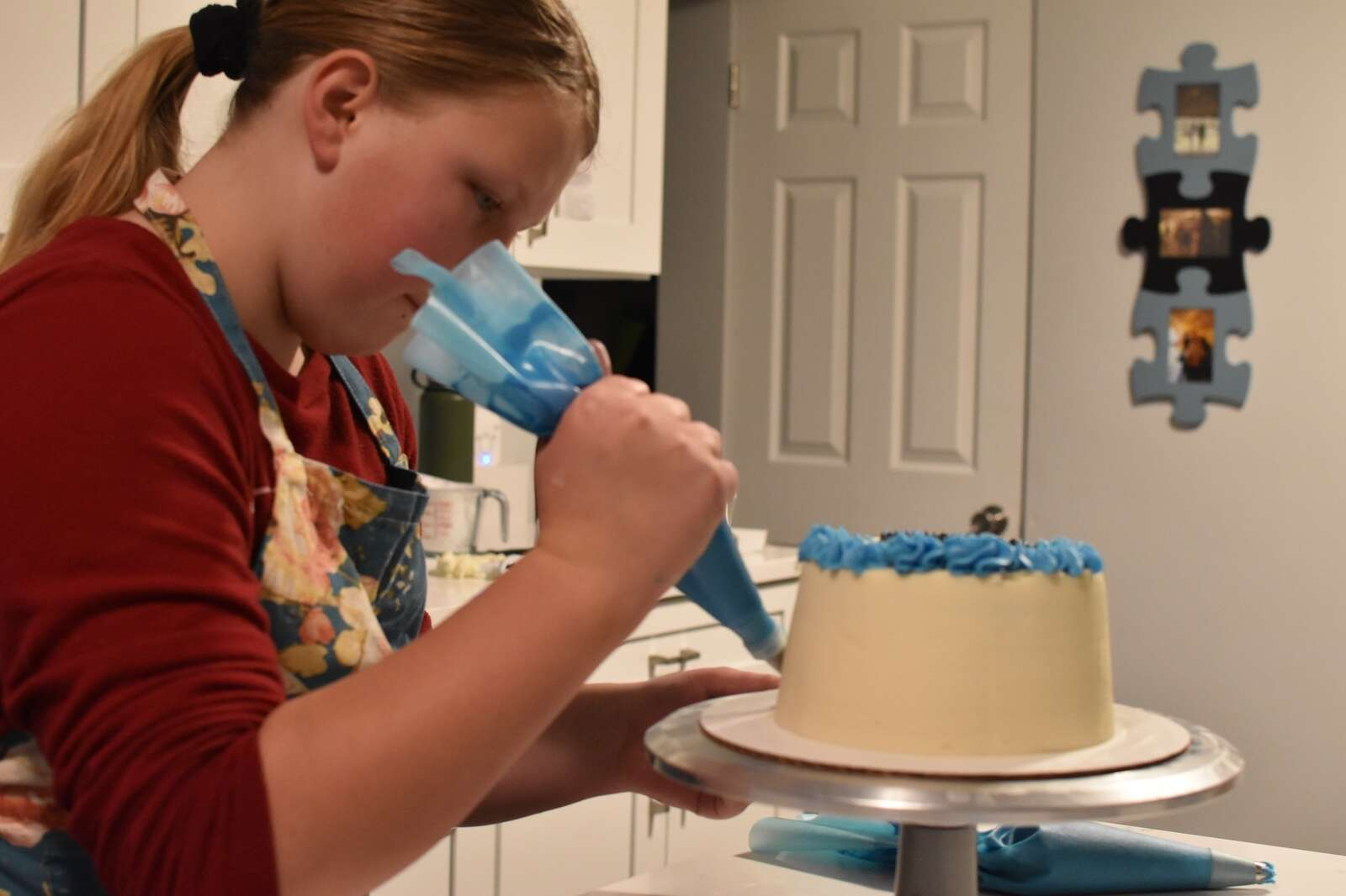 River Close pipes out a border onto the base of one of her cakes. River says she recently mastered applying borders to her cakes on Wednesday, Dec. 2. | Photo by Steven Josephson / sjosephson@summitdaily.com