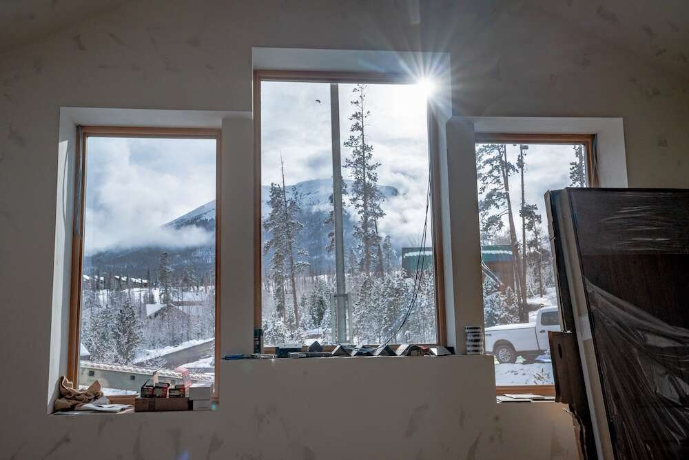 The great room windows, quadruple-paned by Alpen Zenith Windows made in Louisville, face Peak 1 and show the thickness of the walls. | Photo by Grace Coomaraswamy / GLC Productions