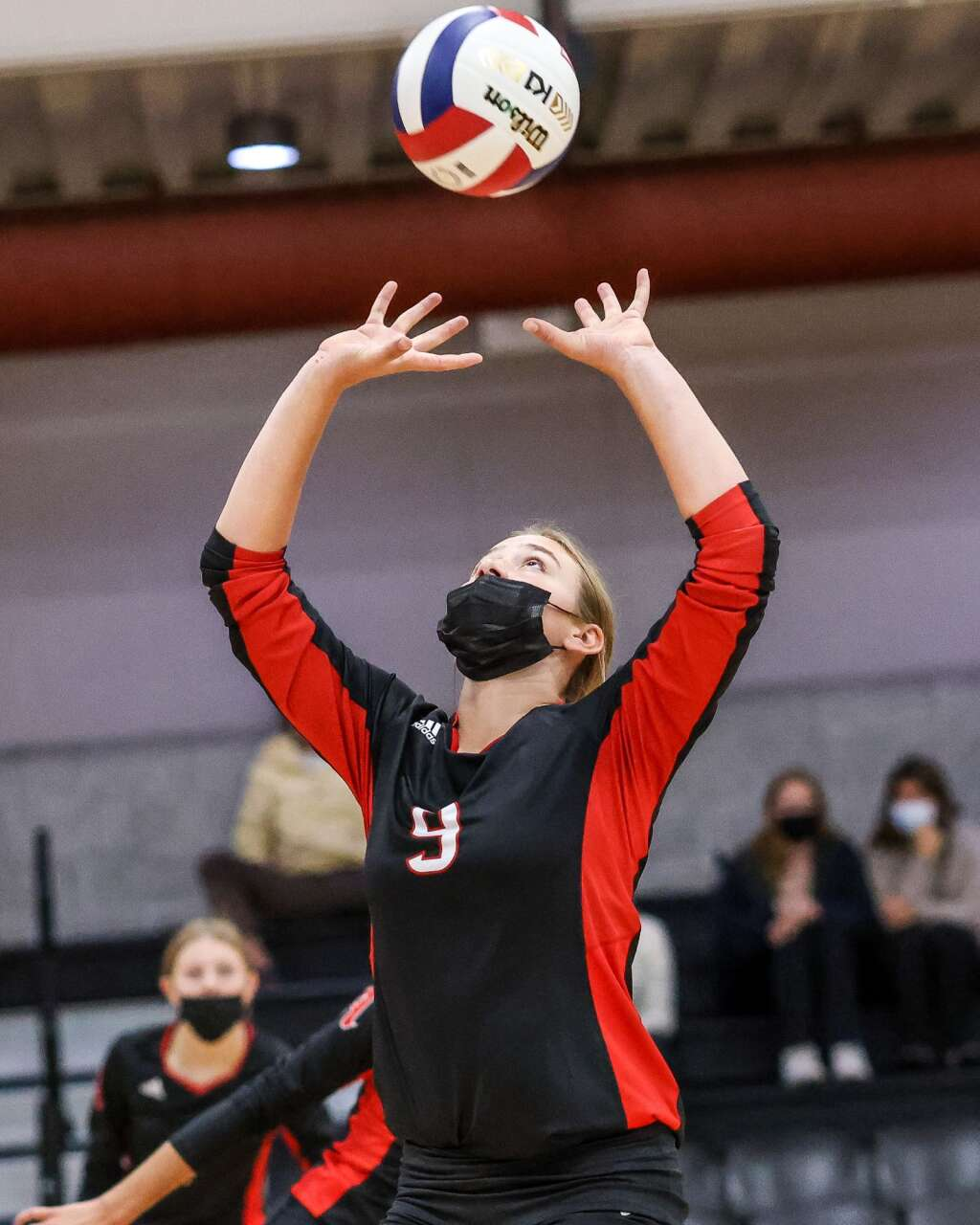 Aspen High School's Maddie Lee sets the ball as the AHS volleyball team hosts Glenwood Springs on Thursday, Aug. 19, 2021, inside the AHS gymnasium. The Skiers won, 3-2. Photo by Austin Colbert/The Aspen Times.
