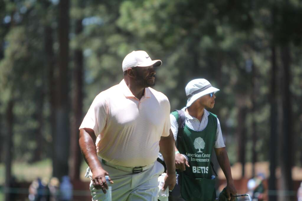 Jerome Bettis eyes a putting line.