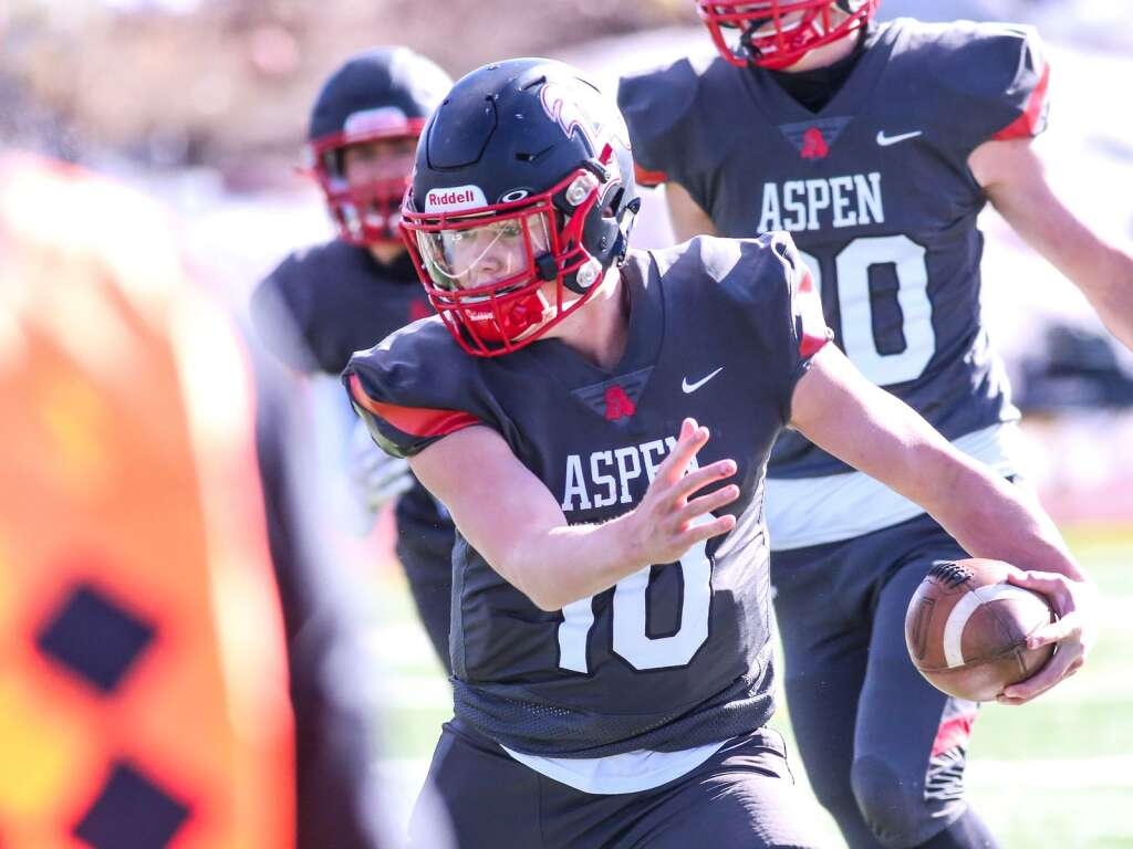Aspen High School's Kyle McTamaney carries the ball against Steamboat Springs on Saturday, April 10, 2021, on the AHS turf. The Skiers won, 22-7. Photo by Austin Colbert/The Aspen Times.