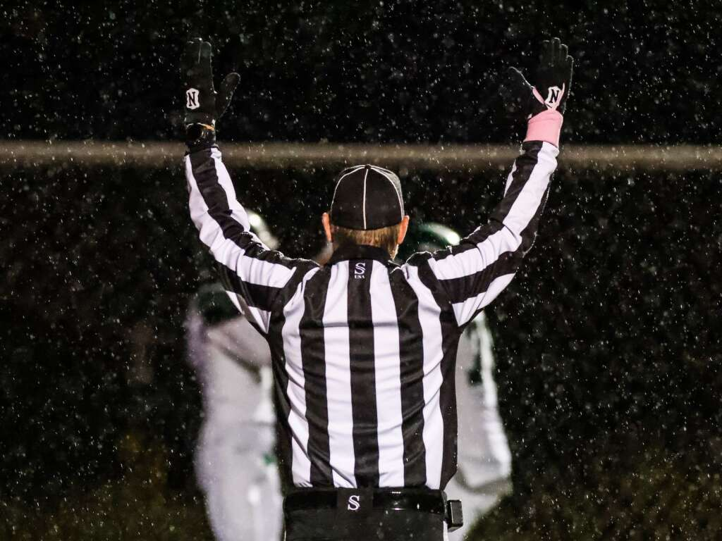 The referee signals for a Delta touchdown against Aspen on Friday, Oct. 8, 2021, on the AHS turf. Photo by Austin Colbert/The Aspen Times.