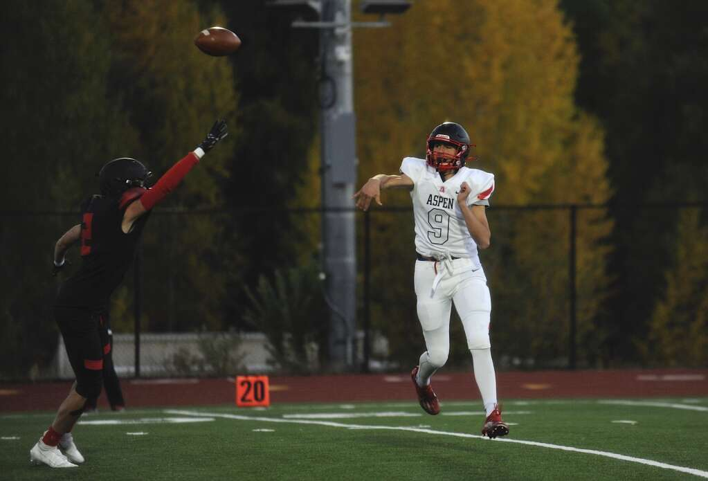Aspen senior Porter Lee throws to a teammate during the homecoming football game at Steamboat Springs on Friday night. | Shelby Reardon/Steamboat Pilot & Today