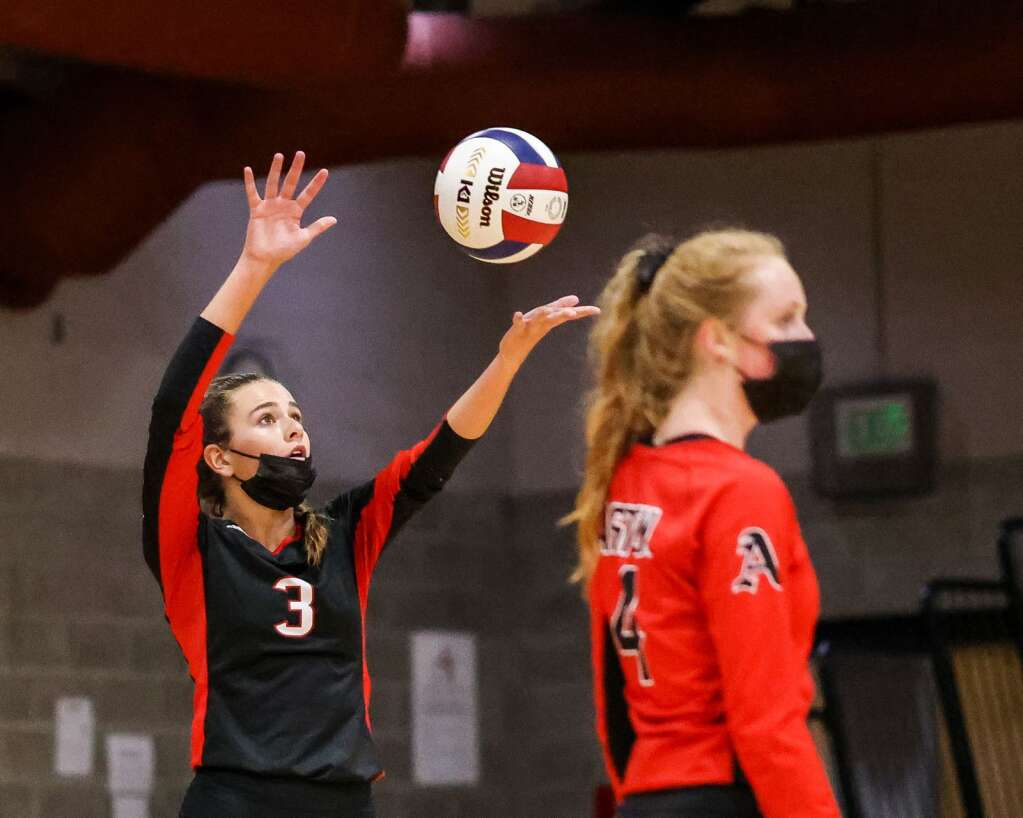 Aspen High School's Riley Rushing prepares to serve as the AHS volleyball team hosts Glenwood Springs on Thursday, Aug. 19, 2021, inside the AHS gymnasium. The Skiers won, 3-2. Photo by Austin Colbert/The Aspen Times.